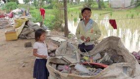 PHNOM PENH, CAMBODGE - JUIN 2012 : les enfants cambodgiens dans les taudis s'approchent de la ville vidant le secteur clips vidéos