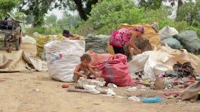 PHNOM PENH, CAMBODGE - JUIN 2012 : les enfants cambodgiens dans les taudis s'approchent de la ville vidant le secteur banque de vidéos