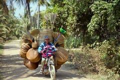 PHNOM PENH CAMBODJA - MAJ 2014: Försäljare på mopeden Royaltyfri Bild