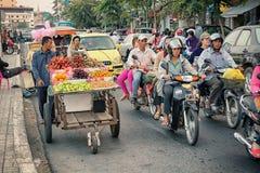 PHNOM PENH, CAMBOJA - 29 DE DEZEMBRO DE 2013: Trânsito intenso através do ci Foto de Stock