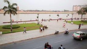 PHNOM PENH, CAMBOYA - FEBRERO DE 2014: tráfico diario de la ciudad almacen de video