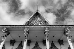 Phnom Penh die Cambodjaans Royal Palace - omhoog standbeelden in dak het detailleren bekijken stock fotografie