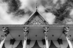 Phnom Penh die Cambodjaans Royal Palace - omhoog standbeelden in dak het detailleren bekijken - grimmige zwart-wit royalty-vrije stock fotografie