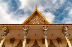 Phnom Penh die Cambodjaans Royal Palace - omhoog standbeelden in dak het detailleren bekijken - in kleur stock foto