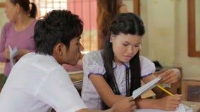 PHNOM PENH - JUIN 2012 : étudiants à l'école d'orphelinat d'O.N.G. clips vidéos