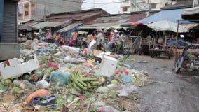 PHNOM PENH - JUNI 2012: het lokale Aziatische markt dumpen stock videobeelden