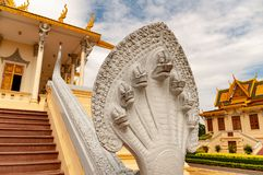 Phnom Penh Kambodżański Royal Palace - kobry statua fotografia stock