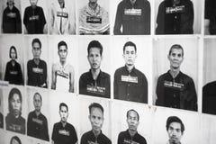 PHNOM PENH, KAMBODJA - CIRCA-DEC 2013: Portretten van gevangenen binnen stock fotografie
