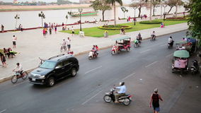 PHNOM PENH, KAMBODJA - FEBRUARI 2014: dagelijks verkeer van stad stock video