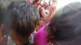 PHNOM PENH, KAMBODJA - JANUARI 2015: Liefdadigheidsschenking aan slechte jonge geitjes stock video