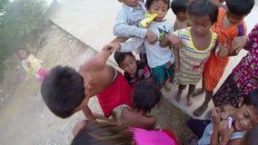 PHNOM PENH, KAMBODJA - JANUARI 2015: Liefdadigheidsschenking aan slechte jonge geitjes stock videobeelden