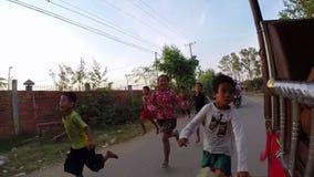 PHNOM PENH, KAMBODJA - JANUARI 2015: Liefdadigheidsschenking aan slechte jonge geitjes stock footage