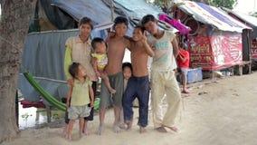 PHNOM PENH SLUMKVARTER - JUNI 2012: Kamratskap i slumkvarteret arkivfilmer