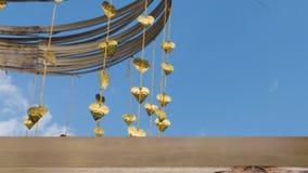 Pho золота выходит смертная казнь через повешение на золотое дерево & x28; image& x29 нерезкости; с selecte стоковое фото rf