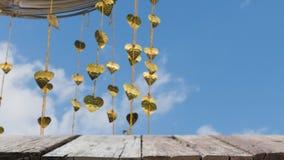 Pho золота выходит смертная казнь через повешение на золотое дерево & x28; image& x29 нерезкости; с selecte стоковые фото