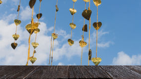 Pho золота выходит смертная казнь через повешение на золотое дерево & x28; image& x29 нерезкости; с selecte стоковая фотография