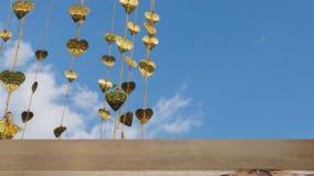 Pho золота выходит смертная казнь через повешение на золотое дерево & x28; image& x29 нерезкости; с selecte стоковые фотографии rf