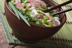 Pho Bo汤用罕见的牛肉,米线和新鲜的草本closeu 免版税图库摄影