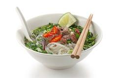 Pho BO, soupe de nouilles vietnamienne de riz avec r découpé en tranches Image libre de droits