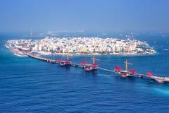 Pho masculino de la antena del puente del panorama del mar de la isla del capital de Maldivas Fotos de archivo