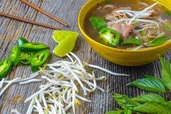 Pho vietnamesisk nötköttsoppa arkivbilder