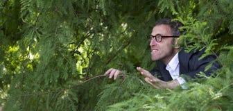 Phobic мужской бизнесмен пряча для стратегических решений руководства outdoors Стоковая Фотография RF