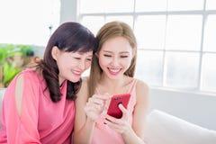Phoe пользы дочери с матерью Стоковые Изображения