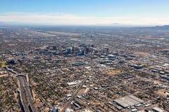 Phoenix, Arizona de ci-dessus avec l'aéroport interne dans la distance Photos stock
