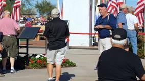 Phoenix, AZ/ΗΠΑ †«11/11/2017: Οι προστάτες ημέρας παλαιμάχων διαβάζουν την αναμνηστική πινακίδα απόθεμα βίντεο