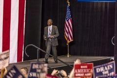 PHOENIX, AZ - 22 AGOSTO: Segretario di alloggio e di sviluppo urbano Ben Carson compare prima della a Donald Trump, politica Immagini Stock Libere da Diritti
