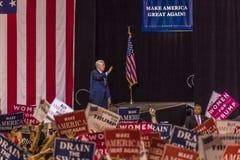 PHOENIX, AZ - 22 DE AGOSTO: U S O vice-presidente Mike Pence acena & dá boas-vindas a suportes em uma reunião perto Fundo 2016 pr Fotografia de Stock Royalty Free