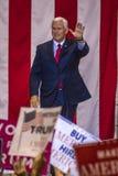 PHOENIX, AZ - 22 DE AGOSTO: U S Vicepresidente Mike Pence agita y acoge con satisfacción los partidarios en una reunión cerca Edu Fotografía de archivo libre de regalías