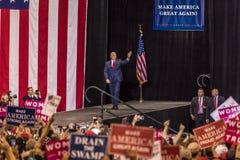 PHOENIX, AZ - 22 DE AGOSTO: U S Vicepresidente Mike Pence agita y acoge con satisfacción los partidarios en una reunión cerca Ari Fotografía de archivo libre de regalías