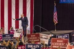 PHOENIX, AZ - 22 DE AGOSTO: U S Vicepresidente Mike Pence agita y acoge con satisfacción los partidarios en una reunión cerca Don Fotos de archivo libres de regalías
