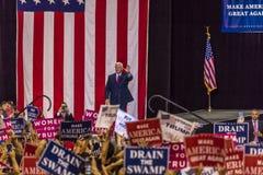 PHOENIX, AZ - 22 DE AGOSTO: U S Vicepresidente Mike Pence agita y acoge con satisfacción los partidarios en una reunión cerca Gob imagen de archivo