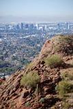 Phoenix de stad in: mening van Berg Camelback Stock Afbeeldingen