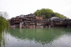 Den Tuojiang floden båda packar ihop landskap i det Phoenix länet, porslin Arkivbilder