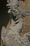 Phoenix sculpté décore un pilier dans la cour d'un temple bouddhiste en Hoi An (Vietnam) Photographie stock libre de droits