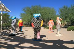 Phoenix/Tempe, Arizona: Jun Kaneko Sculptures i ökenbotanisk trädgård royaltyfri fotografi