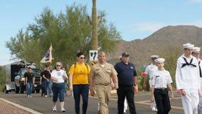 """Phoenix USA †""""11/05/2017: Veterandagen ståtar marinen ROTC som marscherar ner gatan stock video"""