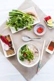 Phoga soep met de dienende sausen, de kruiden en de kruiden stock foto's