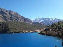 Phoksundo湖的蓝色颜色 免版税库存图片