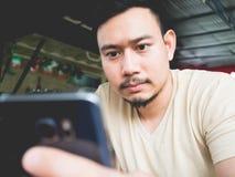 Phon móvel do uso do homem no café imagens de stock royalty free