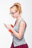 phone kvinnan Skada och fördelar av mobilen Arkivbilder