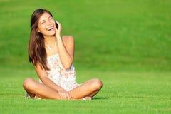 Phone kvinnan som skrattar i park Fotografering för Bildbyråer