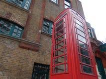 Phonebooth inglese nella città di Londra - Regno Unito immagini stock libere da diritti