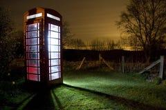 Phonebox inglese tradizionale alla notte Fotografia Stock Libera da Diritti