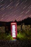 Phonebox inglese tradizionale alla notte Immagine Stock