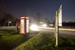 Phonebox inglese tradizionale alla notte Fotografie Stock