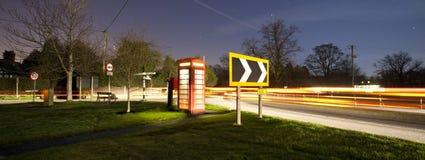 Phonebox inglese tradizionale alla notte Immagini Stock